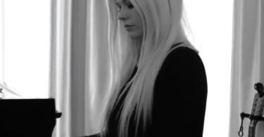 Avril Lavigne return to music